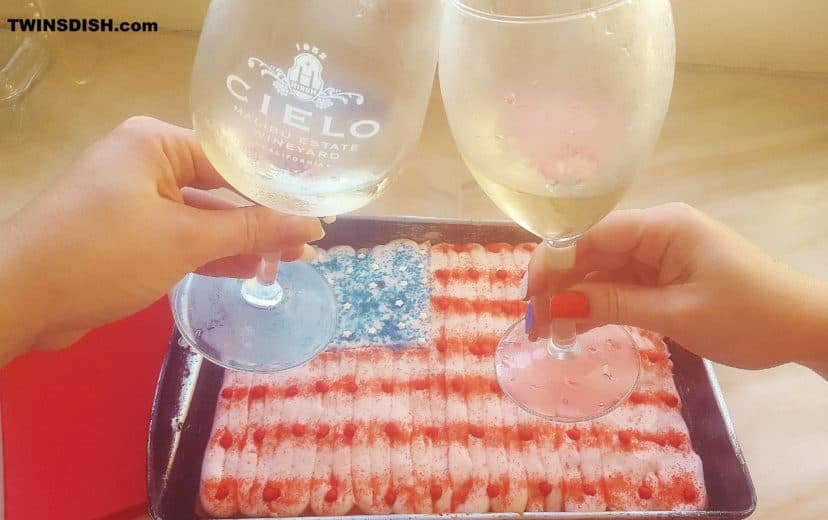 Easy DIY 4th of July party dessert decorating hack. 4th of July party ideas.