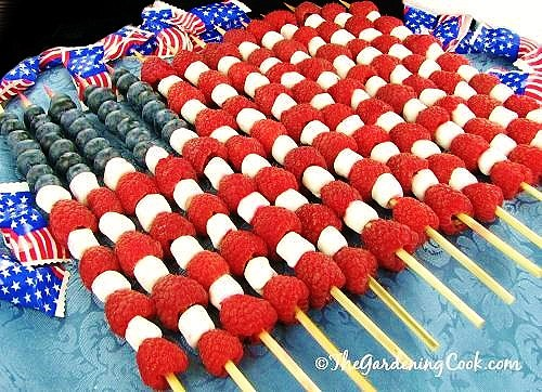 Easy DIY 4th of July party ideas using fruit. Red, white, and blue fruit skewers #patriotic #4thofjuly