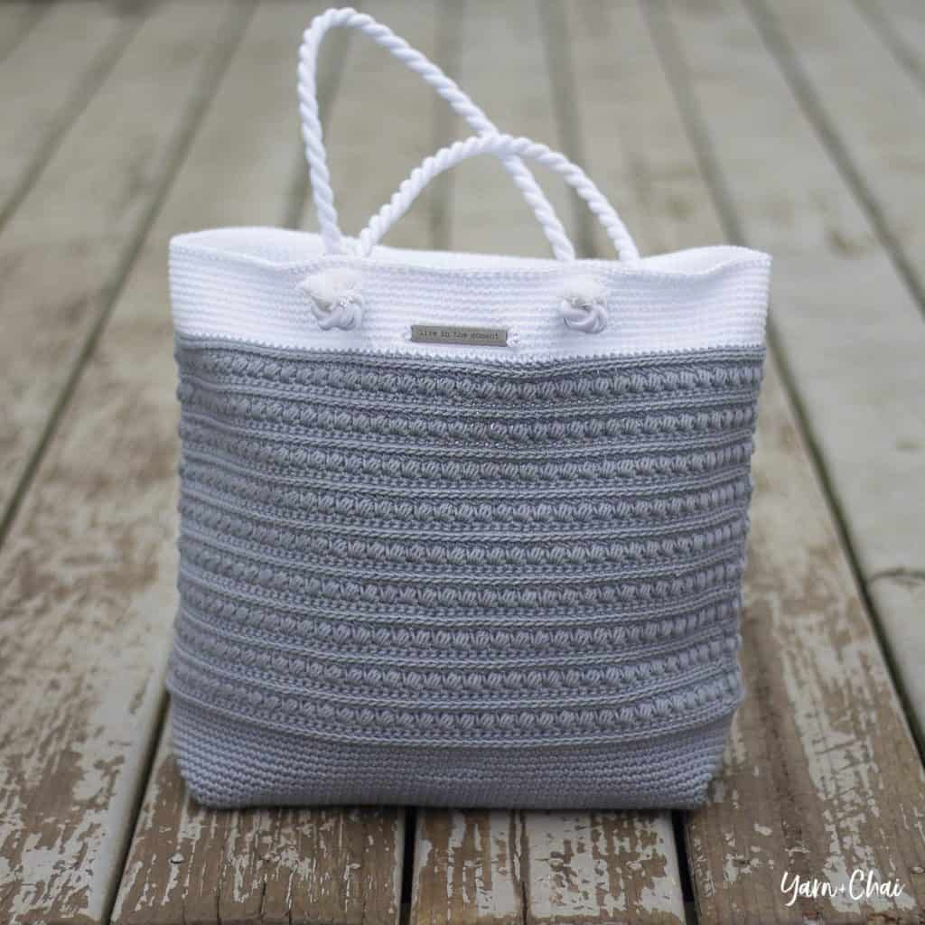 DIY crochet rope handle purse with free pattern and video tutorial. The perfect fashionable summer bag for women. nd how to tutorial. The best free crotchet patterns and tutorials. Also a great gift idea.