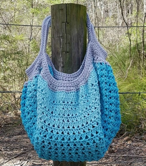 DIY Crochet bag with free pattern. Useful tote bag for women to haul groceries or take to the beach. nd how to tutorial. The best free crotchet patterns and tutorials. Also a great gift idea.