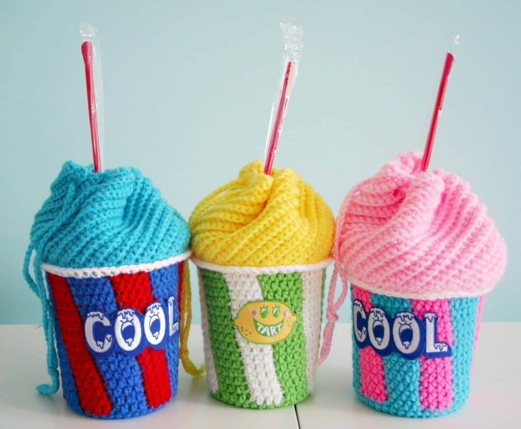 DIY crochet Slushee Cup Drawstring bag with free pattern and tutorial. Great for kids. Gift and cute outfit idea for Spring and Summer. nd how to tutorial. The best free crotchet patterns and tutorials.