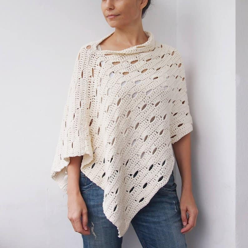 Easy DIY Crochet Wink Poncho Pattern. Trendy outfit ideas for Spring or Summer. Also a great gift idea. The best free crotchet patterns and tutorials.