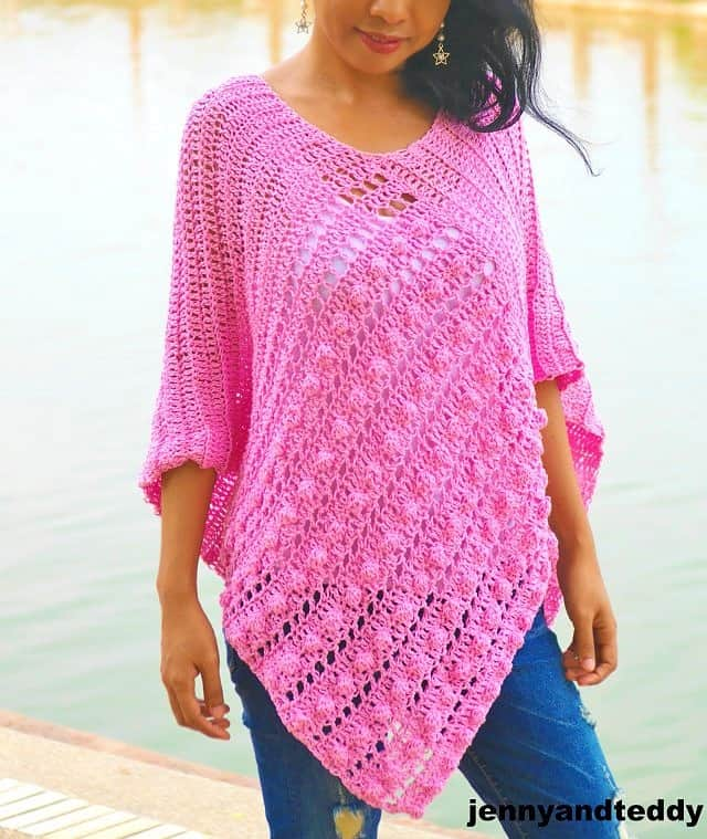 Easy DIY Crochet Bubble Gum Poncho with free tutorial and pattern. Trendy outfit ideas for Spring or Summer 2019. Also a great gift idea. The best free crotchet patterns and tutorials.