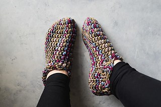 Easy DIY Crochet Slippers with FREE pattern and tutorial. Cute, and trendy outfit ideas that will also make the best gifts.