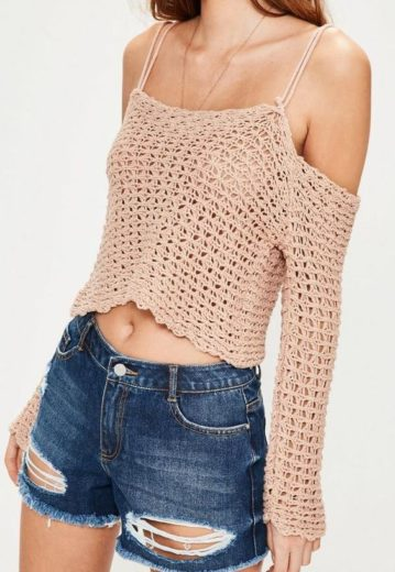 Crochet top, trendy outfit ideas for Spring and Summer. Cute outfit ideas. Also a great gift idea. The best free crotchet patterns and tutorials.