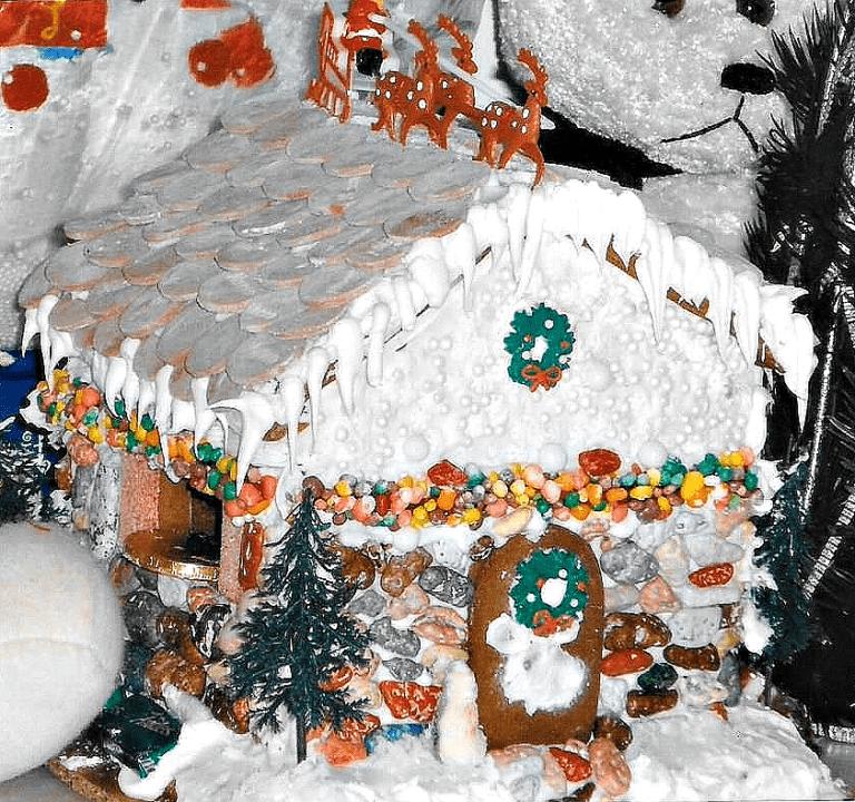 Unique Easy Rustic Christmas Cottage Gingerbread House Idea