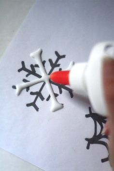 Ridiculously Easy DIY Glue snowflake. Can be made with either a glue gun or elmers glue, glitter optional. Best kids craft ideas, diy Christmas decorations, Christmas gift ideas, DIY Christmas gifts, Christmas crafts, Christmas Tree ideas,, apartments decorations, teachers gift