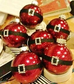 Easy DIY Santa Belt Christmas Ornament for Christmas decor. This is perfect for, kids, Crafts, Christmas ornaments for an apartment, a friends gift, and teachers gift..