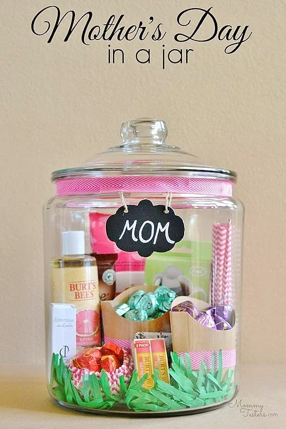 Easy DIY MOM in a Jar Gift. Great DIY Mother's Day craft gift idea kids can make for Mom or GrandMa on a budget.