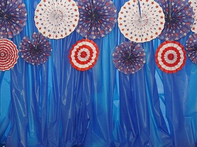 Super easy DIY 4th of July photo booth party backdrop idea using a dollar store plastic tablecloth that even multi millionaires loved #4thofJulyParty #DIY